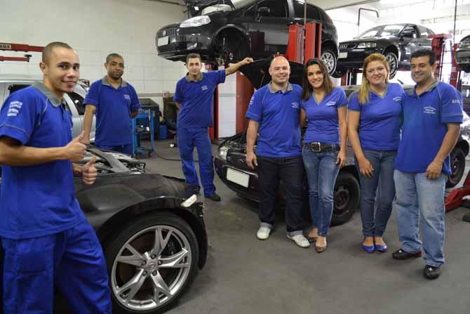 Os casais Carlos e Natana (centro), e Fabio e Regina (direita), e a equipe da Fabicar