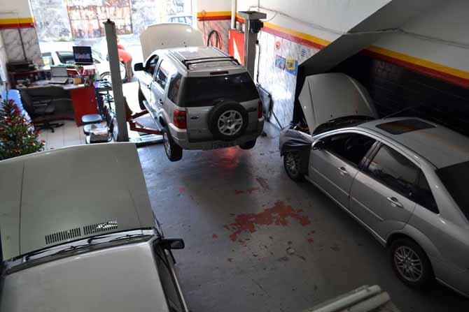 No salão cabem poucos carros e a equipe é enxuta, mas a organização e gestão são exemplo a ser seguido