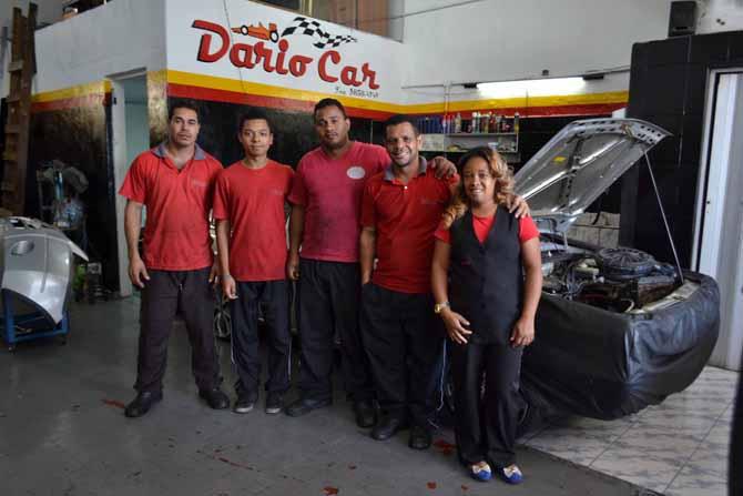 O casal conta com ajuda de  dois mecânicos e do filho, Henrique