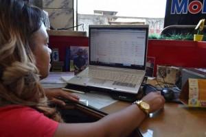 Fabiana cuida da administração e contas da oficina