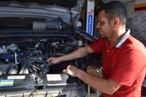 Dario cuida do conserto dos carros