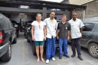 A equipe da oficina: Sônia (administrativo), e Luizinho entre os mecânicos Vicente (Magrão) e Edson (à direita)