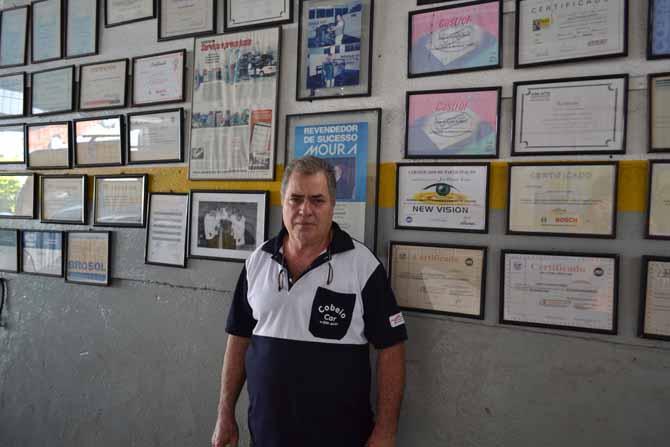 Muito trabalho e estudo comprovados pelos diplomas na parede