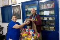 Marlene Cobeio entrega alimentos para morador da Casa