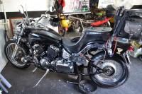 A moto com o cardã removido da roda