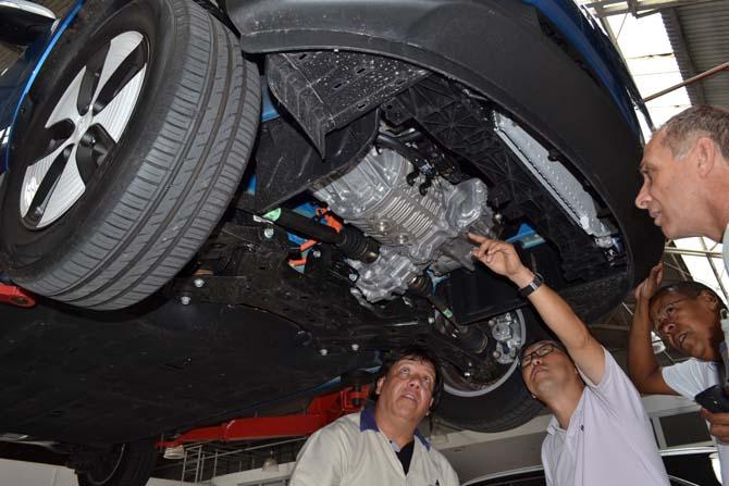 No elevador, consultores Farol Alto-100% Motor conferem a tecnologia do Kia Soul EV