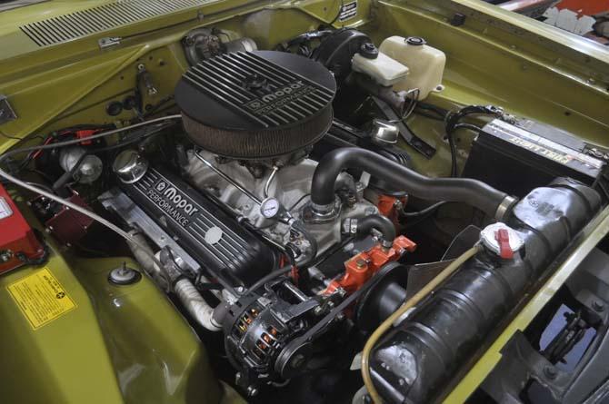 O motor V8 do Dodge Dart 1974 recebeu diversas atualizações e rende agora mais de 340 cv