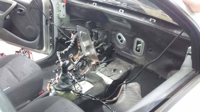 Todo o console do Sandero foi desmontado para acessar a caixa evaporadora do ar-condicionado, onde havia um rato morto
