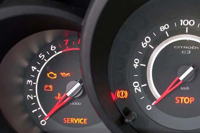 A luz de injeção do carro acendeu com apenas 40.000 km, indicando falha no motor