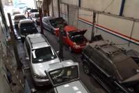 O pátio está lotado, porém motoristas estão fazendo somente o mínimo necessário para manter o carro funcionando