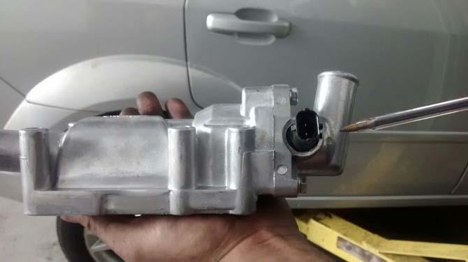 A peça em alumínio, mais resistente que o plástico, opção mais cara, mas que evita retorno por deformação