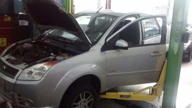 O Ford Fiesta na oficina, aguardando uma nova peça para acabar de vez com o vazamento do liquido de arrefecimento