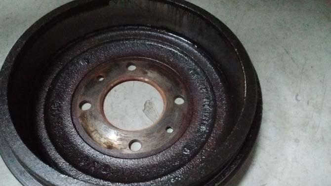 Em freios a tambor, não é raro haver vazamento de fluido no material de atrito