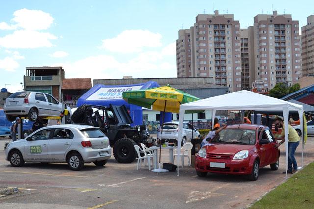 Motoristas trocam 2kg de alimentos pelo check-up; organização doa mais 1kg por carro avaliado